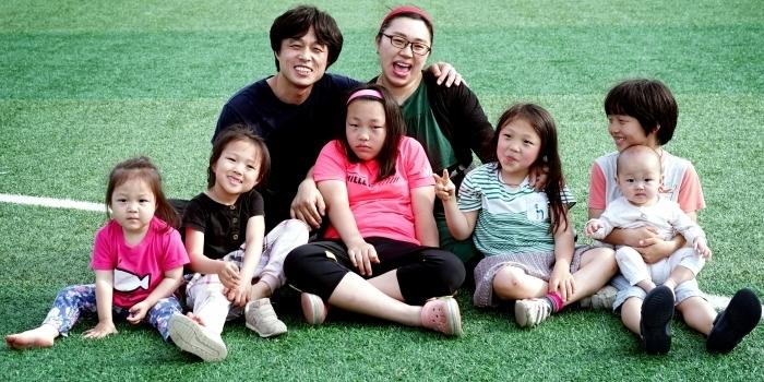 지난주에 찍은 따끈한 가족사진♥깊은(?) 사연있는 큰 딸의 표정은 상상에 맡기고^^